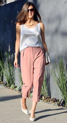 Street style look com regata e calça.