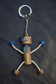Wooden Projects, Wood Crafts, Diy Projects, Arte Robot, Driftwood Sculpture, Diy Keychain, Old Tools, Wood Toys, Diy Toys