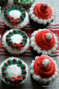 30+ Easy Christmas Cupcake Ideas - Chocolate Wreath Cupcakes Christmas Baby, Christmas Cakes, Holiday Cakes, Xmas Cakes, Christmas Treats, Cupcakes For Christmas, Christmas Foods, Christmas Tree Cupcake Cake, Cute Christmas Desserts