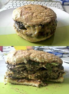Podwójny cheesburger od Bobby Burger. Na dowóz nie polecam.  * Zdjęcie sprzed roku. Wtedy czekałem prawie 2 godziny. Mogło się zmienić, ale ja już ryzyka nie podejmę ;)