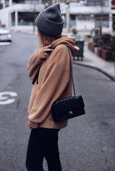 Sweet effet mouton ! Retrouvez ce look sur mon blog ! #mode #fashion #WinterFashion Pull, Winter Fashion, Winter Hats, Chanel, Shoulder Bag, Classic, Blogging, Bags, Passion