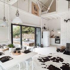 un tapis peau de vache dans un intrieur blanc esprit ancienne grange - Tapis Vache