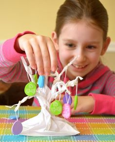 Make an Easter tree sculpture from a paper bag (video tutorial)