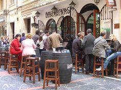 Ze hadden gelijk. Ze hadden allemaal gelijk! Hoe heb ik ooit kunnen denken dat een bezoek aan Malaga niet iets voor ons zou zijn? Het commentaar van vrienden en bekenden  was dan ook niet van de lucht.'Ga toch eens goed kijken sufferds', dus dat deden we maar.De binnenstad is fris en de brede straten geven lucht. Er hangt een lichte energie e...