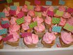 maak cake'jes met een roze slagroom