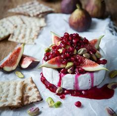 Warm camembert tart with pomegranate syrup fig & pistachio, mmmmmm Use Brie Tapas, Plats Healthy, Appetisers, Healthy Desserts, Appetizer Recipes, Fig Appetizer, Cheese Appetizers, Dessert Recipes, Food Inspiration