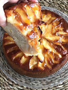 Tarta de manzana fácil, (rellena también de manzana) forrar el molde, trocear las manzanas, batir los ingredientes todos juntos y al horno. Jugosa, húmeda y deliciosa.