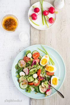 Fit sałatka z jajkiem i wiosennymi warzywami. Wiosenne śniadanie. Sycąca i lekka sałatka. Avocado Egg, Coleslaw, Mozzarella, Salad Recipes, Salads, Food And Drink, Eggs, Lunch, Dinner