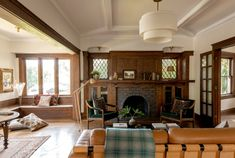 House Tour: A Restored 1905 Craftsman in Los Angeles Craftsman Interior, Modern Craftsman, Craftsman Remodel, Craftsman Style Interiors, Craftsman Living Rooms, Craftsman Style Bungalow, Craftsman Fireplace, Design Furniture, Furniture Styles