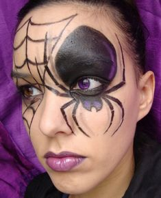 How to make up for Hallowen Night. Halloween is the perfect pretext for . Halloween Spider Makeup, Halloween Eyes, Halloween Makeup Looks, Whimsical Halloween, Spooky Halloween Decorations, Fete Halloween, Spider Face Painting, Face Painting Designs, Artistic Make Up