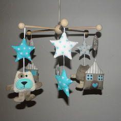 Mobile pour bébé, petits chiens, maisons, nuages et étoiles tons taupe et turquoise