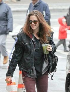 Kristen Stewart já voltou ao batente. A atriz foi fotografada hoje chegando ao set de Still Alice, seu novo filme, em New York. Kristen estava toda sorridente no momento dos cliques. Vejam: