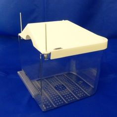 Plastic bird bath with wire hooks to attach to cage.  Available with white, Yellow, Light Blue or Green Tops  10cm x 11cm x 13cm, 3.5cm water depth.