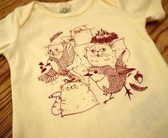 """Nicht alle Katzen jagen Vögel. Die Perserkatzen pflegen seit Langem eine innige Freundschaft mit den Rotkelchen.  Unisex-Babyshirt """"Katzen-Teaparty"""" aus fair gehandelter Biobaumwolle,..."""