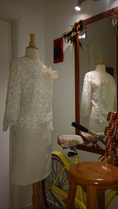 Conjunto de chaqueta en guipiur forrada en seda con flor en organza y falda en crepe.