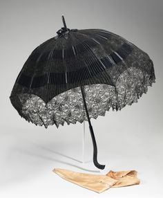 Parasol with very distinctive handle. From the parasol shape, I would guess later period fin de siècle. Victorian Era, Victorian Fashion, Vintage Fashion, Victorian Dresses, Vintage Accessories, Fashion Accessories, 1890s Fashion, Vintage Umbrella, Rain