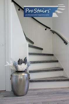 PVC Woven – Oersterk, met de zachte uitstraling van tapijt PVC Woven Trapbekleding van ProStairs® heeft iets extra's. Het is net als PVC een bijzonder hoogwaardige, elastische kunststof, met een geluiddempende werking door de kurklaag. Uw trap blijft lang mooi. Maar PVC Woven is ook nog eens oersterk. Dit komt doordat in de kern glasvezel en nylon zijn vervlochten. Het is prachtige trapbekleding met de zachte uitstraling van tapijt.