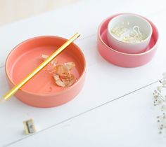 Little bowls to keep accessorizes and rings, even perfect to set the work desk station