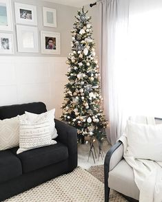 Christmas décor for living room. Decorate your Christmas tree with colors that match your everyday décor for an easy transition into the holiday season. Gold and white Christmas tree decorations. Slim Christmas Tree, Pencil Christmas Tree, Elegant Christmas, Modern Christmas, Rustic Christmas, Beautiful Christmas, Christmas Home, Christmas Swags, Christmas Tree Ideas For Small Spaces