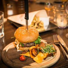Burger im Restaurant Krokodil Kreis 4 | creme zürich Brunch, Fast Food, Food Inspiration, Switzerland, Hamburger, Restaurants, Bar, Cooking, Ethnic Recipes