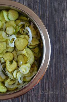 Még mindig befőzök, kaptam a hétvégén egy nagy adag uborkát. A kisebbek most is a savanyúságos vödörbe  kerültek, a nagyobbakat pedig – job... Minion, Pickles, Cucumber, Beans, Fruit, Vegetables, Food, Essen, Minions