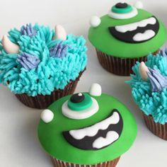 cupcakes Monstros SA de chocolate com recheio de brigadeiro
