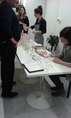 Enoteca Bollicine @ Pescara - giugno 2016. Stella Sacchini autografa le copie dello Specchio dell'uomo.