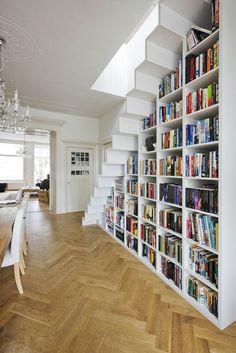 Das Bücherregal unter der Treppe befindet sich in einer Altbauwohnung in Amsterdam