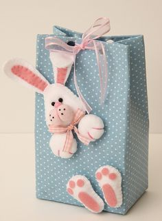 Felt gift topper great for easter! Bunny Crafts, Easter Crafts, Felt Crafts, Diy And Crafts, Ornament Crafts, Felt Ornaments, Diy Ostern, Felt Toys, Gift Packaging