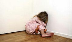 Dit meisje zit huilend op de grond omdat ze bang is. Dit is een vorm van huiselijk geweld en hoort ook bij mishandeling. ook bij dit plaatje heb ik inspiratie op gedaan hoe ik het meisje zou kunnen zitten.