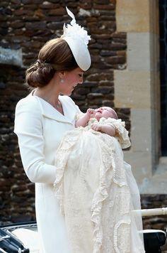 La duchesse de Cambridge tenant la princesse Charlotte