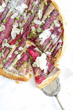 Rhabarber Haselnuss Tarte mit Pistazien – ein Frangipane Tarte Rezept