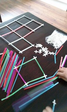 met rietjes en tegelkruisjes Craft Activities For Kids, Toddler Activities, Preschool Activities, Crafts For Kids, Science Kits, Stem Science, Stem Classes, Preschool Colors, Busy Boxes