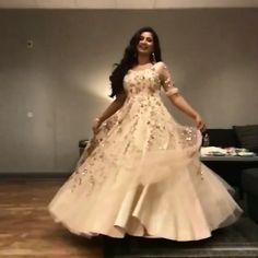 Shreya Ghoshal looks stunning in this cream Lehenga - Design interests Indian Gowns Dresses, Lace Evening Dresses, Manish Malhotra Designs, Drape Gowns, Designer Bridal Lehenga, Stylish Blouse Design, Engagement Dresses, Fairy Dress, Indian Designer Wear