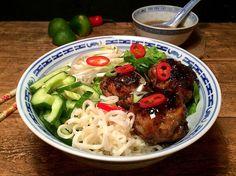 Glaserede kødboller med gris og rejer, samt bland selv-nuddelsalat med sprødt grønt og spicy dressing