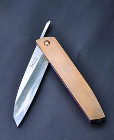 An amazing knife in design and function, simple yet elegant. This sheath holds the knife very securely. A wonderful tool that you will enjoy admiring and using. Blade material: n690, 59 HRc Handle material: brass, titanium Specs: friction folder Blade length: 105 mm handle length: 135 mm