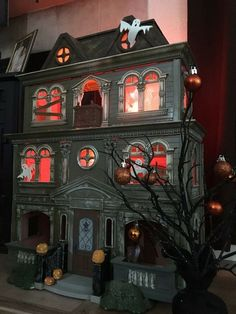 Various Halloween makeovers of Fisher-Price doll house Casa Halloween, Halloween Village, Halloween Doll, Halloween Haunted Houses, Haunted Mansion, Holidays Halloween, Halloween Crafts, Halloween Decorations, Halloween Diorama