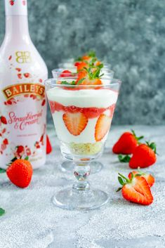 Baileys® Strawberries and Cream Dessert Guinness, Licor Baileys, St Patrick's Day Cocktails, Brunch Bar, Mousse, Alcholic Drinks, Creme Dessert, St Patricks Day Food, Thermomix Desserts