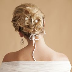 Delicada grampo desenvolvido para a noiva que deseja decorar delicadamente o seu coque, é uma linda perola natural aplicada em um pin prateado. Brinco Elisa em formato de gota com, detalhes de pérolas e cristais, R$ 520,00.