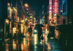 Uma das maiores megalópoles do planeta, a capital do Japão promete surpresas a cada esquina. Parte das ruas e dacultura de Tóquio são clicadaspelas lentes do fotógrafoMasashi Wakui, que criou uma incrível série de fotos noturnas deste pulsante centro urbano. As imagens são um verdadeiro convite a um passeio noturno pela cidade, rodeada de neons e típicas luminárias japonesas. Andando pelas vias deShibuya, Shinjyuku e outros distritos, Masashi consegue capturar a atmosfera da metrópole…