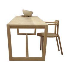 Opvallend aan #eetkamertafel Durk II van #Pilat&Pilat is het trapeziumvormige onderstel dat het meubel een open uitstraling geeft. Het blad van deze Pilat&Pilat #tafel is opgebouwd uit drie planken. Durk II is leverbaar in verschillende afmetingen en houtsoorten. #GilsingWonen #design #wooninspiratie