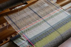 Weaving along the rosepath again. Weaving Loom Diy, Hand Weaving, Weaving Patterns, Textile Patterns, Types Of Weaving, Art Du Fil, Trout Lily, Woven Scarves, Yarn Thread