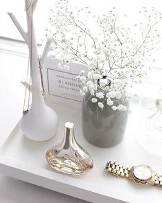 "Immy and Indi na Instagramu: ""Dressing table pretties | Credit: @stylizimoblog #gypsofila #babysbreath #byredo"""