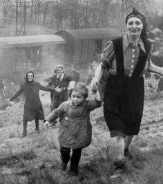 Ces prisonniers juifs s'enfuient du train les conduisant aux camps de concentration pendant la Seconde Guerre Mondiale.