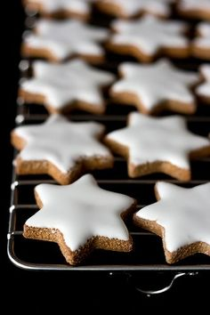 Holiday Cookies: Zimtsterne >> So pretty and they sound yummy too. Recipe is in Italian. Christmas Goodies, Christmas Treats, Christmas Baking, Christmas Stars, Christmas Kitchen, Xmas, Star Cookies, Holiday Cookies, Chip Cookies