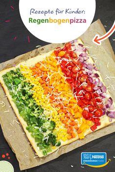 """So geht """"Eat the Rainbow""""! Mit diesem Rezept könnt ihr die Idee, sich durch buntes Essen ausgewogen zu ernähren, ganz einfach umsetzen. Dabei können eure Kids beim Schnippeln und Belegen fleißig mithelfen. Die Anleitung gibt's auf unserer Website! #kindergerichte #kinderrezept #kinderrezepte #rezeptefürkinder #eattherainbow #regenbogenessen #pizzarezept #pizzarezepte"""