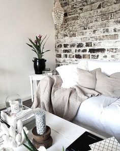 All White! Helle Dekoration, Kuschelige Kissen Und Ein Einzigartiger  Holztisch. Ein Perfekter Kontrast. Wohnzimmer FarbeWohnzimmer IdeenHochwertige  ...