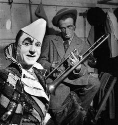 "Clowns of the ""Cirque Pinder"" (The Pinder Circus), 1949 - Robert Doisneau (Dangerous Minds) Henri Cartier Bresson, Robert Doisneau, Photo Vintage, Vintage Photos, Pablo Picasso, Vintage Photography, Street Photography, Urban Photography, Color Photography"