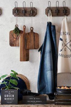 Tábua de cozinha em madeira: Tábua de cozinha retangular em madeira com pega e orifício na parte superior. Largura: 14,5 cm. Comprimento: 45 cm (incluindo a pega).