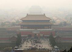 雾霾笼罩下的北京故宫博物院 The Palace Museum,北京 Beijing。APEC峰会期间,因实行车辆限行、工厂停工等行政措施,北京空气质量曾出现短暂改善。但11月19日阴霾反弹PM2.5浓度达400微克/立方米,接近历史最高水平。摄影师:Rolex Dela Pena